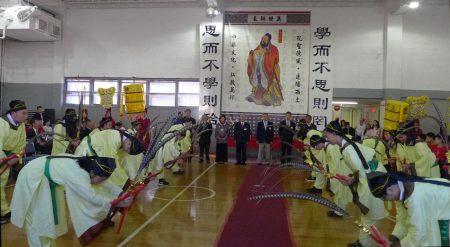 紐約中華公所及屬下華僑學校週日(24日)舉行「祭孔大典」。上百名師生依三獻古禮,向至聖先師獻上崇高敬意。