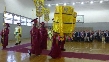 紐約中華公所及屬下華僑學校週日(24日)舉行「祭孔大典」。上百名師生依三獻古禮,向至聖先師獻上崇高敬意,現場氣氛莊嚴肅穆。