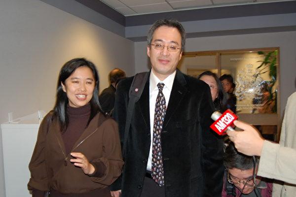 图说:原中国银行黑龙江省分行哈尔滨河松街支行行长高山(Shan Gao)妻子李雪(Xue Li),2007年出席加拿大居留权问题的聆讯后,面带微笑的走出移民局。(廖青/大纪元)