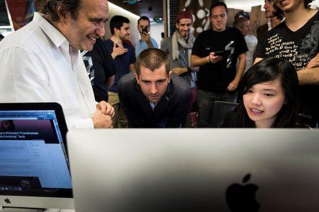 每個月使用臉書的用戶超過20億人,已成為各商家推銷的首要渠道。 (Lionel Bonaventure/AFP/Getty Images)