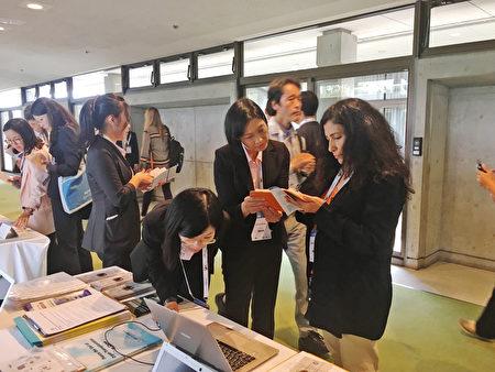 2017年世界神經學大會期間,與會者關注中國器官移植的黑幕。(葉妙音/大紀元)
