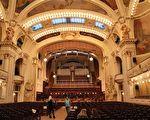 捷克布拉格市政厅的史梅塔纳演奏厅。(Øyvind Holmstad/维基百科CC BY-SA 3.0)