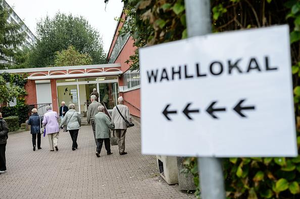 9月24日是德國聯邦大選的日子。圖中選民正在去選舉站投票 。(Jens Schlueter/Getty Images)
