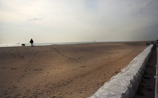 紐約市政府和市民從桑迪颶風中學到很多,圖為颶風過後皇后區海邊修起的防洪堤。 (Spencer Platt/Getty Images)