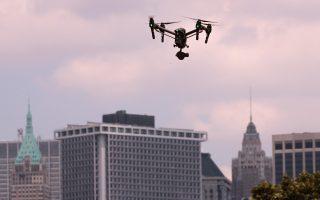 紐約市高薪高科技工作是增長速度最快的領域。 圖為2016年8月5日在紐約長島舉行的國家無人機賽車錦標賽的當天在天空中徘徊的無人機。 (Drew Angerer / Getty Images)