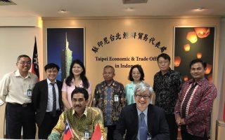 高雄師範大學校長吳連賞(前右)與印尼311大學副校長Dr. Widodo Muktiyo(前左)簽訂學術協議,並由駐印尼台北經濟貿易代表處葉非比公使(後排右3)見證。(高師大提供)