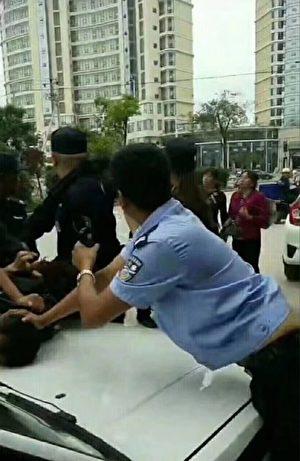 9月8日,云南大理市经济开发区满江村村民因讨安置地维权,数百村民游行中途被防暴警察拦截,双方发生肢体冲突。(受访者提供)