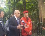 市長候選人阿伯尼斯20日在市議會門前舉行新聞發布會。 (王新一/大紀元)