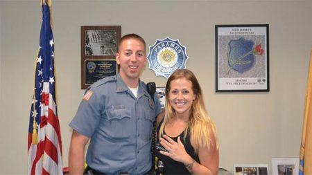 新州Paramus警察幫助婦女從高速公路上找回訂婚戒指。 (Paramus警察局提供。)