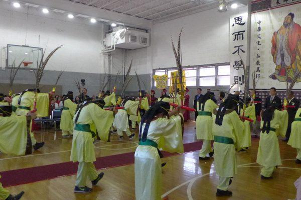 紐約中華公所及屬下華僑學校週日(24日)舉行「祭孔大典」。上百名師生依三獻古禮,向至聖先師獻上崇高敬意。 (蔡溶/大紀元)