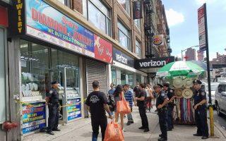 週五(15日)在曼哈頓華埠的堅尼路上這家珠寶店,發生一起兩名男子持槍搶劫事件。 (張謙/大紀元)