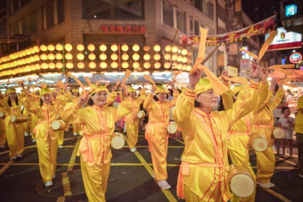 精神抖擻的腰鼓隊伍,受到夾道民眾的熱烈歡迎。(林志彥/大紀元)