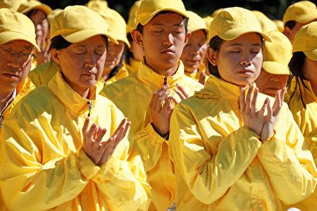 澳洲部分法輪功學員9月9日在悉尼皇家植物園排字。(燕楠/大紀元)