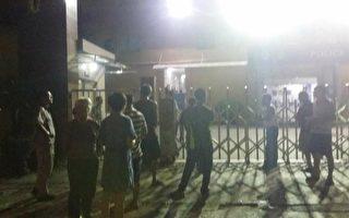 深夜,村民们聚集在派出所门口,要求释放被拘押的村民。(受访者提供)
