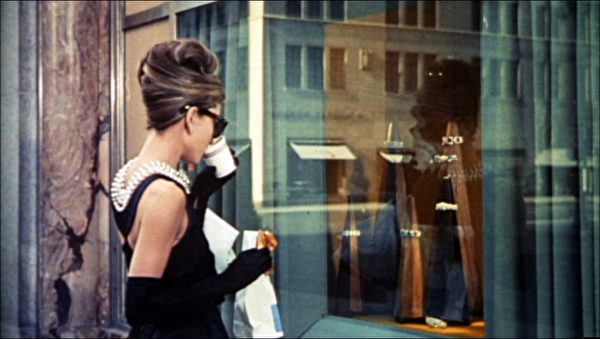 奥黛丽.赫本(Audrey Hepburn)在《蒂梵尼的早餐》中身着小黑裙的形象深入人心(維基百科公有領域)