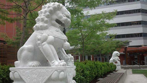 建築前的一對石獅子。(大紀元)