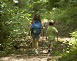 透过身体与大自然的接触,让孩子对大自然产生兴趣,除了能给孩子健康的生活方式,也能引导他们感受人与大自然相互依存的关系。(维基百科公共领域)