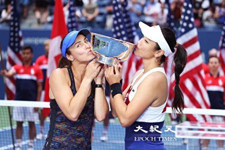 詹詠然與辛吉絲(Martina Hingis)親吻冠軍獎盃(攝影:大紀元/宋升樺)