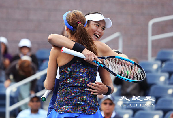 詹咏然赢球时拥抱辛吉斯(Martina Hingis)。(宋昇桦/大纪元)