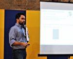 Ailey Solar太阳能公司的布鲁尔做介绍。(温文清/大纪元)