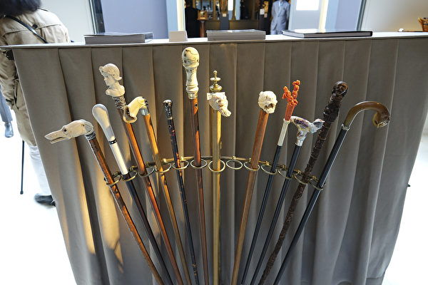 Eric Dealende 先生收藏的各种材质雕刻的手杖。(关宇宁/大纪元)