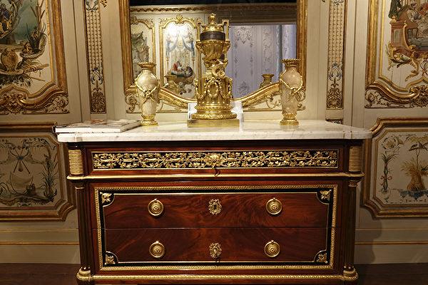 玛丽安东尼王后衣帽间的家具。(关宇宁/大纪元)