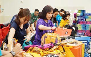 圖:休斯頓華人愛心組織義工們將9萬件學生用品分裝入1150個書包。(易永琦/大紀元)