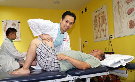 OPT南費城物理治療中心平醫生(Dr. Binh Nguyen)正在給何先生調理身體(周琪/大紀元)