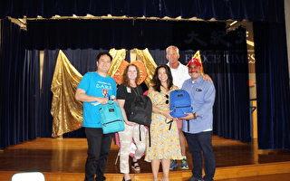 圖:愛心組織副會長馬健(左1)、William Sutton小學校長Luis Landa(右1), 休斯頓獨立學區董事Mike Lunceford(右2)和教育官員們在捐贈書包儀式上合影。(易永琦/大紀元)