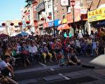 9月23日亚裔联合会在费城华埠举办第22届中秋节联欢会,戏台前摆满长凳,坐满了观众。(肖捷/大纪元)DSC01462-audience.jpg