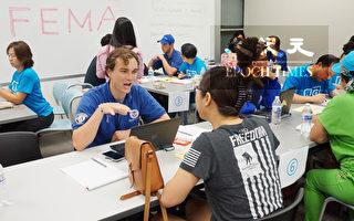 圖:9月16日,FEMA派出15人的「災民服務團隊」 現場幫助華裔申請補助和答疑。(易永琦/大紀元)