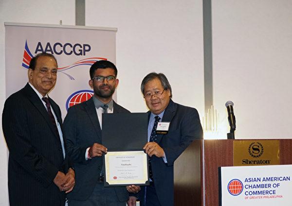 大费城亚裔商会会长Nick Shenoy(左)和副会长Drake Nakaishi (右)颁发金赞助商证书给Tim Haahs (肖捷/大纪元)
