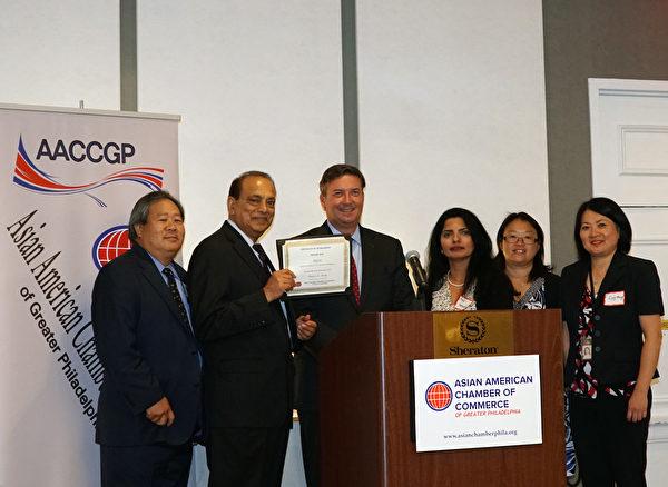 大费城亚裔商会会长Nick Shenoy(左二)和副会长Drake Nakaishi (左一)颁发金赞助商证书给PECO (肖捷/大纪元)