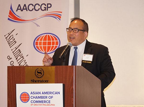 费城市议员David Oh 在大费城亚裔商会第十一届颁奖晚宴上希望大家多加关注费城市对中餐外卖的歧视法案。(肖捷/大纪元)