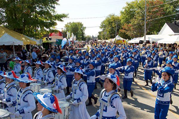 法轮大法天国乐团今年应邀参加了魁北克圣-梯特市举行的加拿大东最大规模牛仔节的游行庆典,获得观众激赏。(Félix Boulanger / 大纪元)