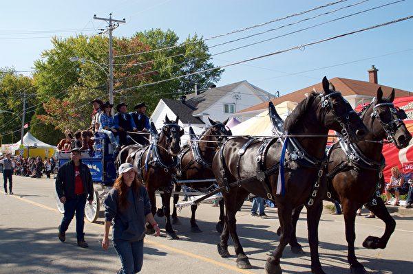 9月10日参加加东圣-梯特牛仔节的游行活动的马车。(Félix Boulanger / 大纪元)