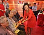 旅法印支華人會館於9月20日中午在江基民會長經營的新中國城大酒樓舉辦「九九敬老尊賢重陽佳節聯歡餐舞會」,圖為頒發敬老金予7位85歲以上的耆老。(駐法國臺北代表處提供)