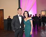 晚宴主辦單會青商會副會長Dean Wang與主持人加州小姐李萬晴合影。(漢民/大紀元)