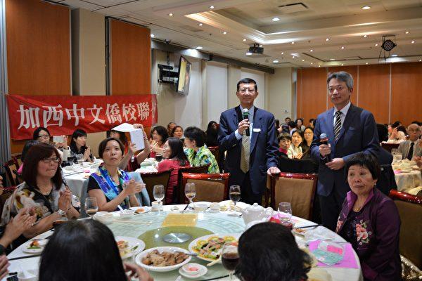 圖:加西敬師餐會上,李志強處長(右)與鄧華一(左)僑務委員合唱一曲。  (邱晨/大紀元)