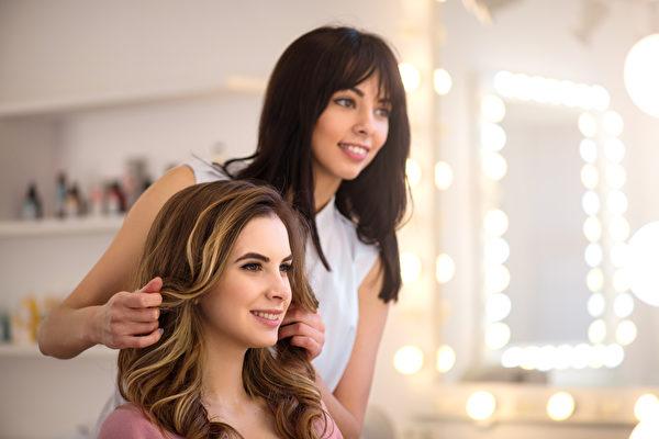 美国美国国家科学基金会位于南极洲的麦克默多站征求美发师一名。图为一名女性美发师。(Fotolia)