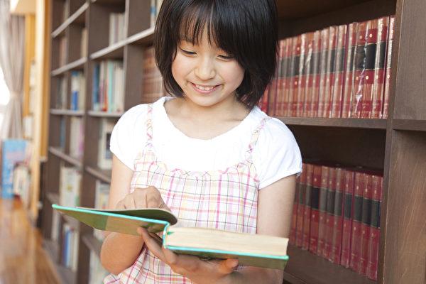 日本学生遵循三原则。图为日本小学生在图书馆读书。(Fotolia)