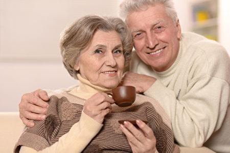 相濡以沫是夫妻结婚时最希望能够做到的。图为一对老年夫妇。(Fotolia)