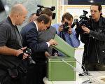 2010年9月23日,在俄罗斯总检察长办公室的一个仪式上,记者们拍摄卡廷大屠杀秘密档案。(ALEXANDER NEMENOV/AFP/Getty Images)