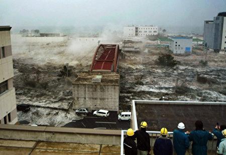 日本311大地震、大海啸带给当地巨大灾难。(HIROSHI KAWAHARA/AFP/Getty Images)