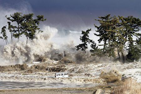 日本311大地震引发大海啸创下日本有纪录以来最严重灾难。(SADATSUGU TOMIZAWA/AFP/Getty Images)