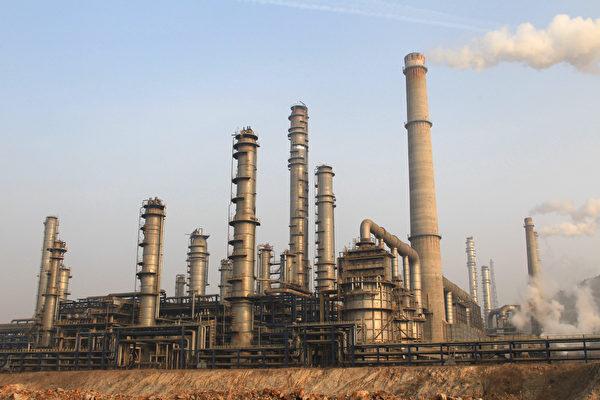 在十九大來臨之前,中共當局在收緊對化學品運輸的控制。新的限制措施讓中國化學品製造商和製藥商雪上加霜。  (STR/AFP/Getty Images)