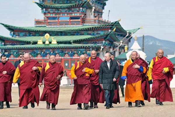 """2013年4月11日,俄罗斯总统普京(右三)在参观""""伊沃尔金斯基扎仓""""(Ivolginsky Datsan)时,和僧人们在一起。(ALEKSEY NIKOLSKYI/AFP/Getty Images)"""