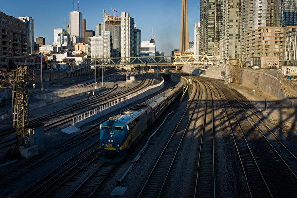 VIA铁路正在和客户联系,这些客户用于和VIA铁路联系的邮箱可能收到垃圾邮件。图为一列VIA火车离开多伦多联合车站。((Photo by Ian Willms/Getty Images)