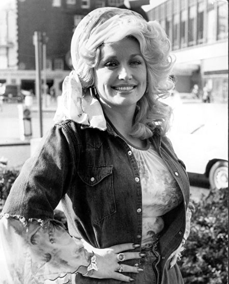 20th May 1977: Country music queen Dolly Parton is back in London after performing at the King's Theatre, Glasgow, at a Scottish Royal Jubilee Television Special in the presence of the Queen, she now commences on a tour of Britain and the continent. (Photo by Keystone/Getty Images)