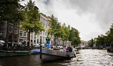 A boat containing a 360-degree Google camera navigates through the canals of Amsterdam, on August 19, 2014. The camera, mounted on a vessel, takes photos for the Google Street View service. / AFP PHOTO / ANP / REMKO DE WAAL (Photo credit should read REMKO DE WAAL/AFP/Getty Images)